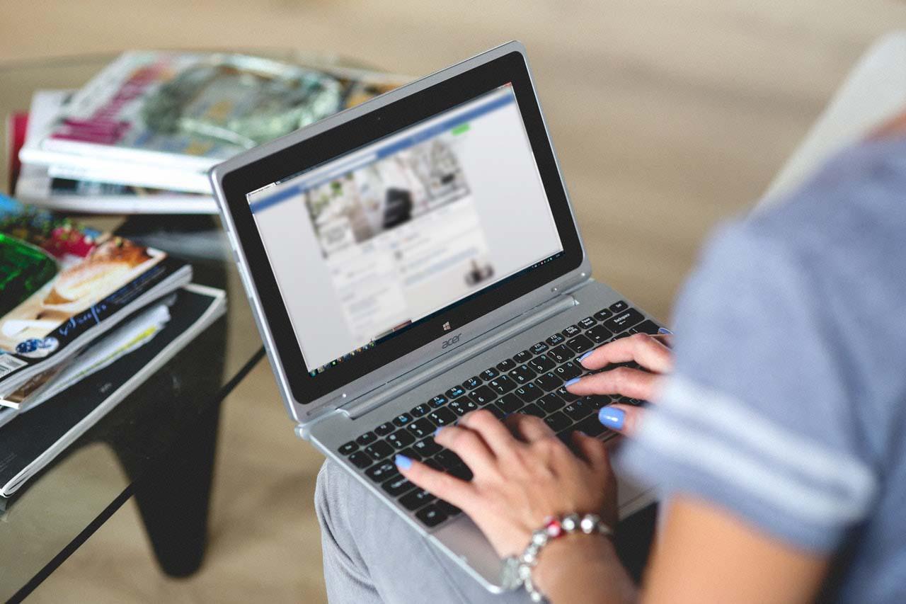offcourse-golf-laptop-facebook